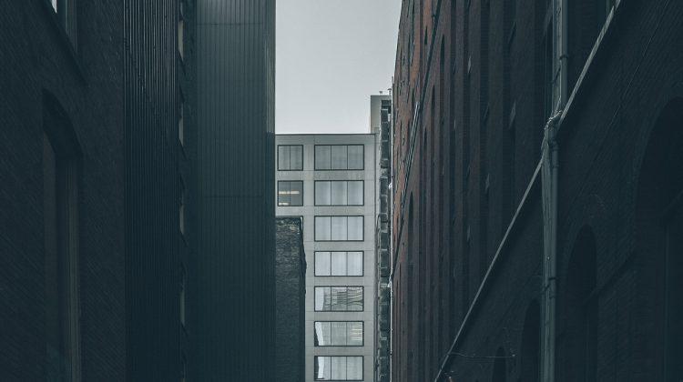 Hochhaus und grauer Himmel